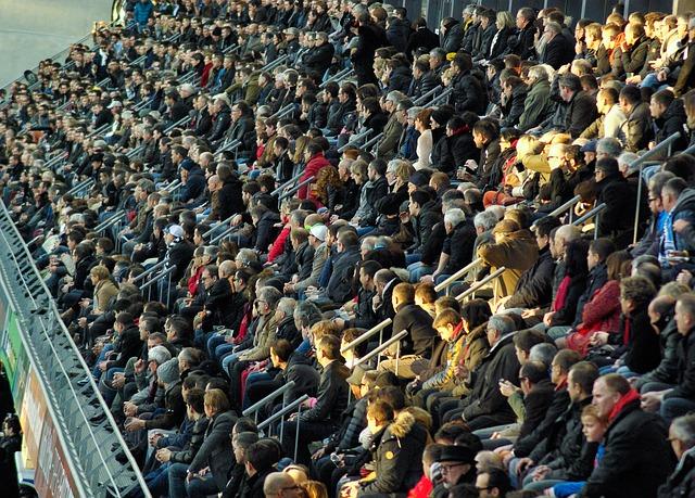 Energetischer Schutz notwendig: Menschenmenge im Stadium